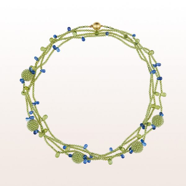 Collier mit Peridot Coccinellakugeln und -beads, Kyanit und einer 18kt Gelbgold Kugelschließe