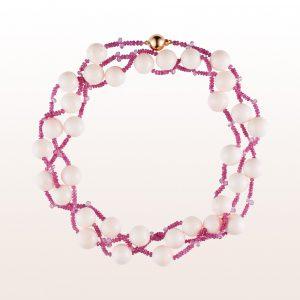 Collier mit weißer Koralle, rosa Saphir in 18kt Weißgold