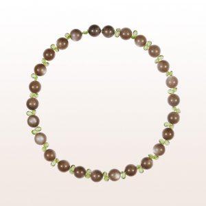 Collier mit braunen Mondsteinen, Peridot und einer 18kt Weißgold Steckschließe
