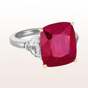 Ring mit Rubin 10,46ct und Trinagel-Diamanten 1,10ct in 18kt Weißgold