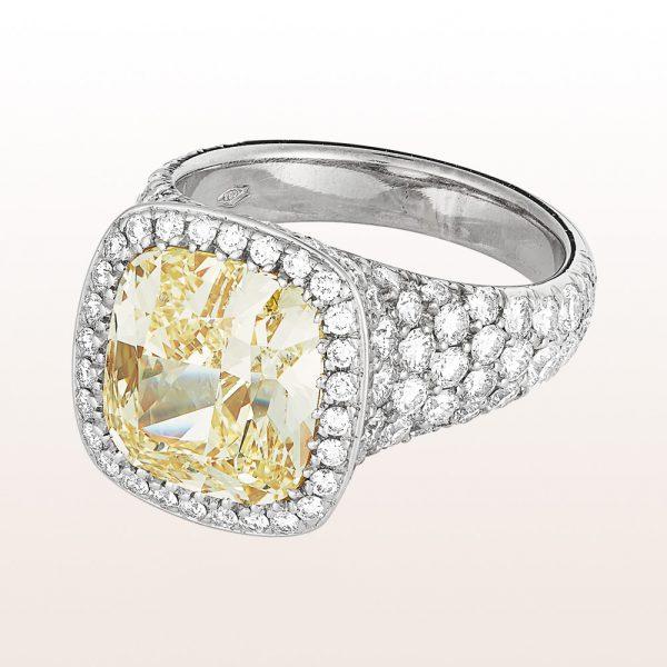 Ring mit Cushion cut Diamant fancy yellow 5,44ct und Brillanten 2,75ct in Platin