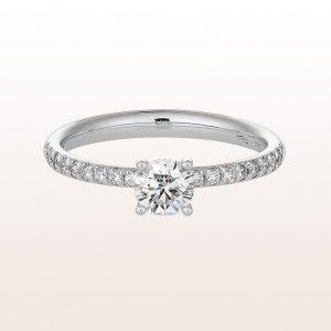 Ring mit Brillant 0,50 ct und Brillanten 0,17 ct in 18kt Weißgold