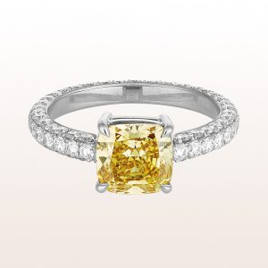 Ring mit Cushion cut Diamant fancy deep yellow 2,35ct und Brillanten 1,43ct in 18kt Weißgold