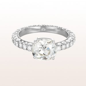 Ring mit Cushion cut Diamant 2,32ct und Brillanten 1,70ct in 18kt Weißgold
