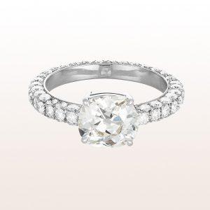 Ring mit Cushion cut Diamant 2,32ct und Brillanten 1,70ct in 18kt Weißgold