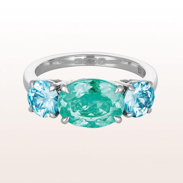 Ring mit hellgrünem Smaragd 2,22ct und zwei blauen Zirkonen 2,06ct in 18kt Weißgold