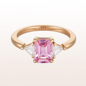 Rin gwith pink sapphire 1,50ct and triangle cut diamonds 0,37ct in 18kt rose gold