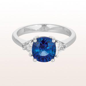 Ring mit Saphir 2,41ct und Triangel-Diamanten 0,35ct in 18kt Weißgold