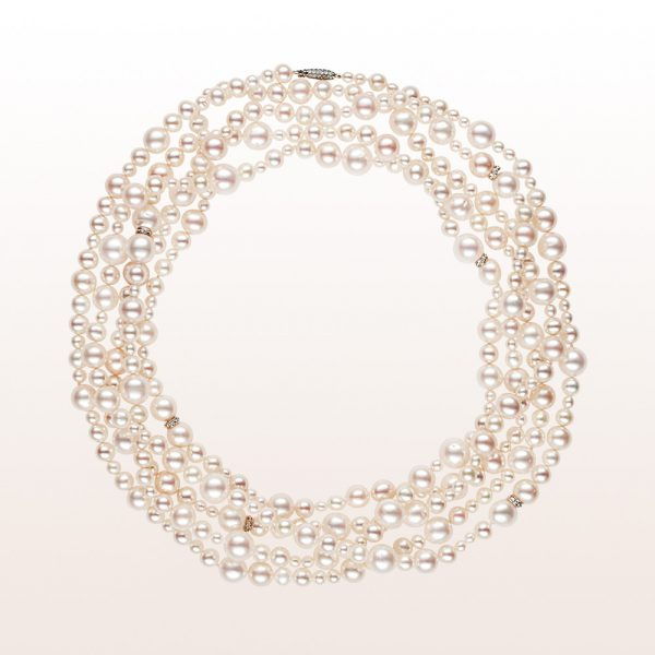 Necklace with akoya pearls, brilliant cut diamonds and an 18kt white gold brilliant clasp