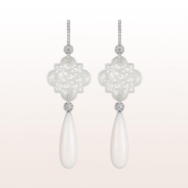 Ohrgehänge mit weißer Jade, weißer Koralle und Brillanten 1,30ct in 18kt Weißgold