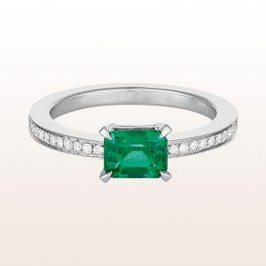 Ring mit emerald cut Smaragd 0,83ct und Brillanten 0,23ct in 18kt Weißgold