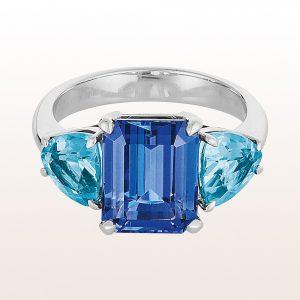 Ring mit emerald cut Tansanit 4,51ct und Topasen in 18kt Weißgold